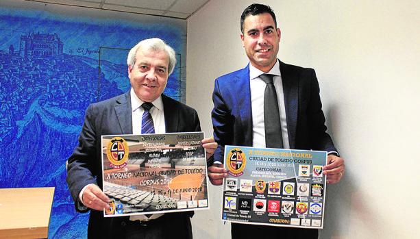El concejal de Deportes de Toledo, Juan José Pérez del Pino, con Andreu Linares, toda una leyenda como jugador de fútbol sala y ahora director deportivo del Ciudad de Toledo