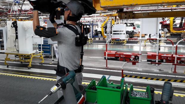 Un operario asistido por un exoesqueleto en la línea de montaje de Vigo
