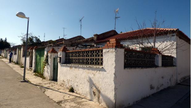 Vista desde un esquinazo de la antigua colonia de viviendas junto a la actual Ronda del Arroyo