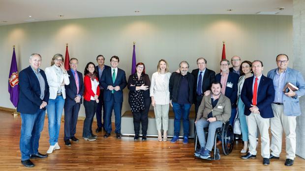 Juan Vicente Herrera y Alicia García posan en las Cortes con los agentes del tercer sector y representantes de los grupos parlamentarios