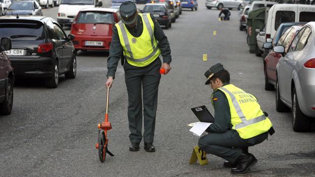 Imagen de archivo de miembros del Equipo de Reconstrucción de Accidentes de Tráfico (ERAT) de la Guardia Civil