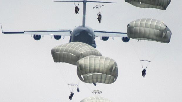 Varios paracaidistas, durante sus accidentadas maniobras en San Gregorio (Zaragoza)