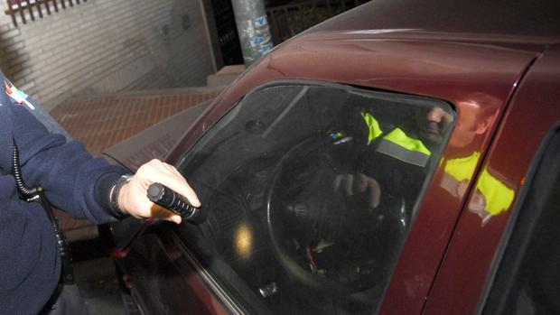 Una patrulla de policía inspecciona un coche en una imagen de archivo