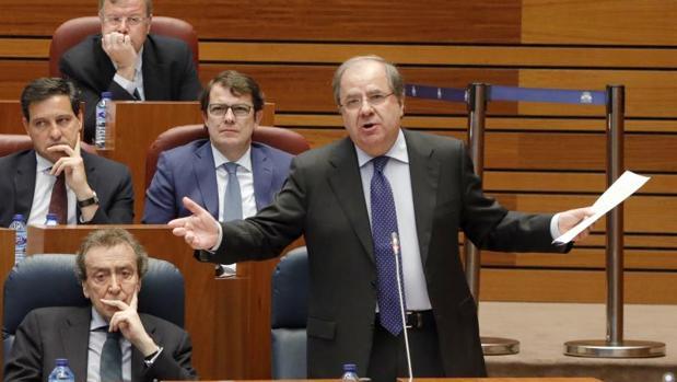 El presidente de la Junta contesta este pasado martes a las preguntas de la oposición