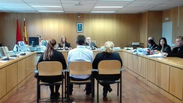 Los familiares de «Luisito», esta mañana, en el banquillo de los acusados
