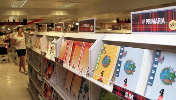 Venta de libros de texto en una gran superficie