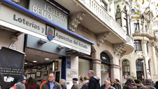 Colas en una Administración de Loterías de Valencia