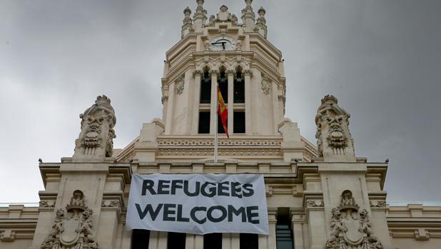 Pancarta dando la bienvenida a los refugiados que se instaló en el Ayuntamiento de Madrid en septiembre de 2015
