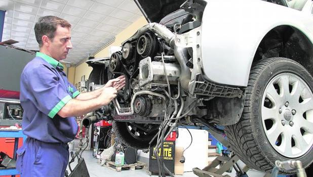 Un trabajador en un taller mecánico