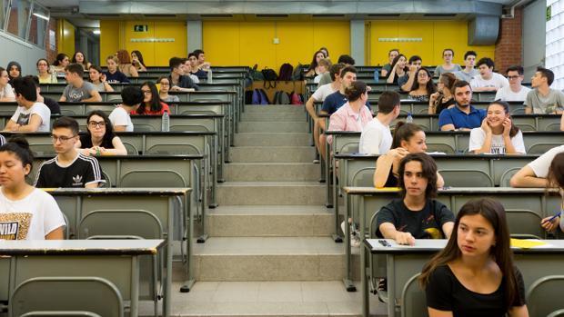 Estudiantes a punto de realizar una de las pruebas
