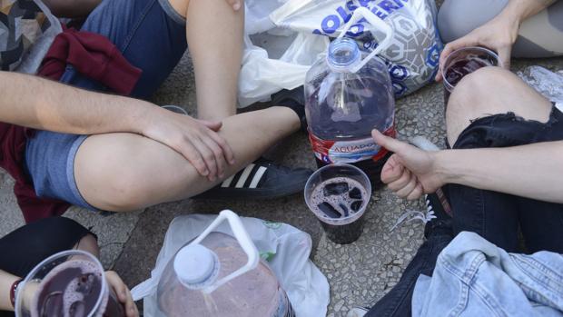 Adolescentes consumiendo bebidas alcohólicas