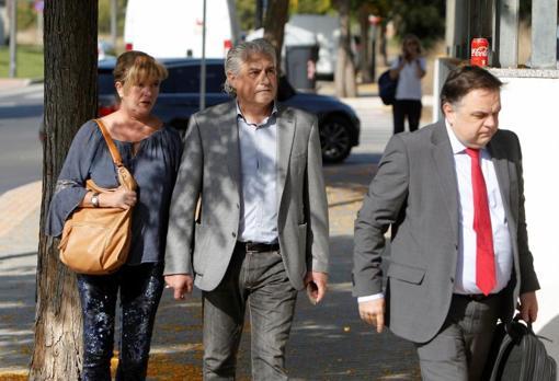 El empresario Alberto Gomar, con su pareja y su abogado, antes de testificar en Benidorm