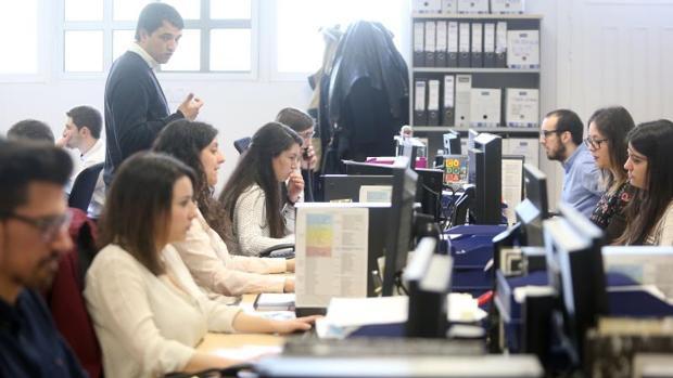 Jóvenes trabajando en una empresa gallega