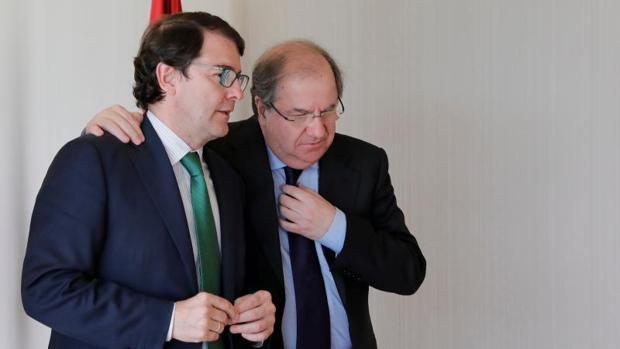 Fernández Mañueco y Herrera, este pasado miércoles en los pasillos de las Cortes
