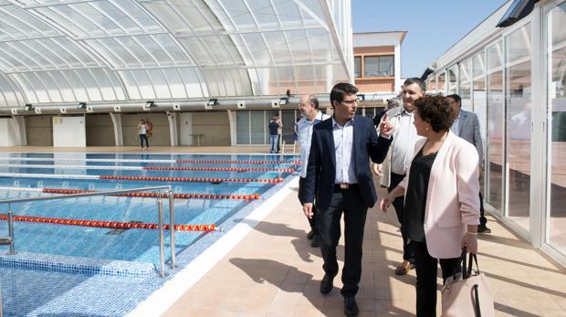 El president de la Diputació de València, Jorge Rodríguez, visitant la piscina de Benigànim