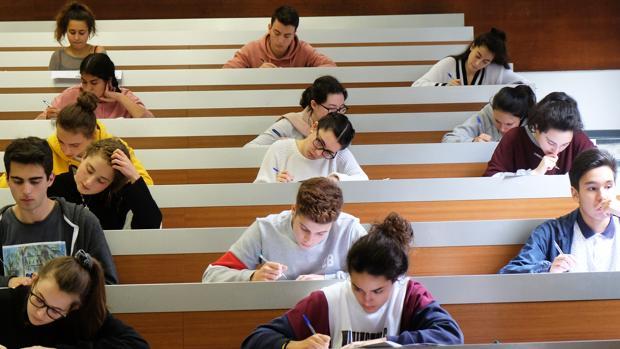 Estudiantes de Bachillerato realizando las pruebas de acceso a la Universidad en la Facultad de Medicina, Santiago de Compostela