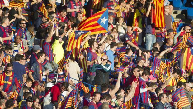 Aficionados del Fútbol Club Barcelona portando esteladas en el partido contra el Sevilla
