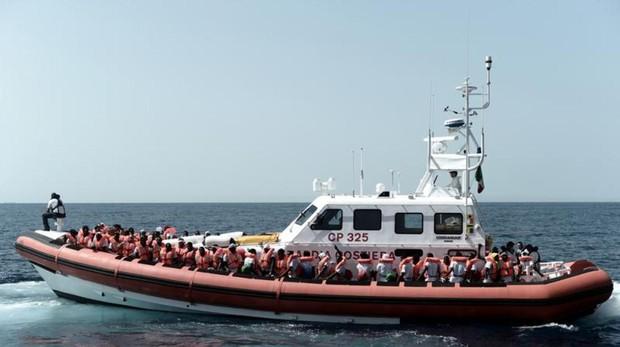Imagen de un bote salvavidas francés de los que asiste al Aquarius