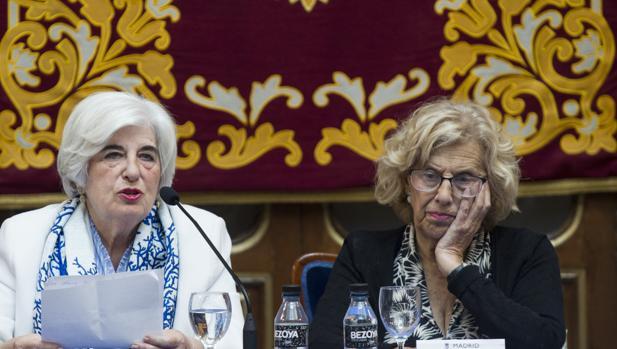 Francisca Sauquillo y Manuela Carmena, ayer, durante la despedida del Comisionado de la Memoria Histórica en la Casa de la Villa