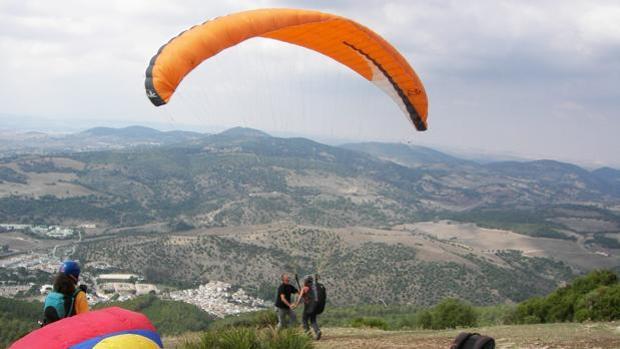 Practicantes de parapente en una zona de sierra en Castilla-La Mancha