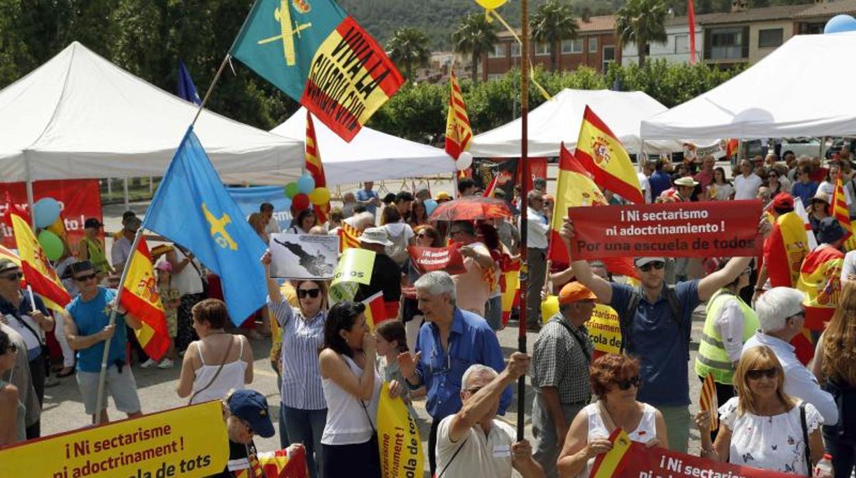 Centenares de personas protestan en Sant Andreu contra el adoctrinamiento en la escuela catalana