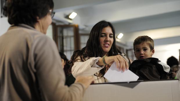 El independentismo ha celebrado tres consultas y unas elecciones supuestamente «plebiscitarias» en los últimos años. eEn la imagen, una mujer votando durante el proceso participativo del 9-N