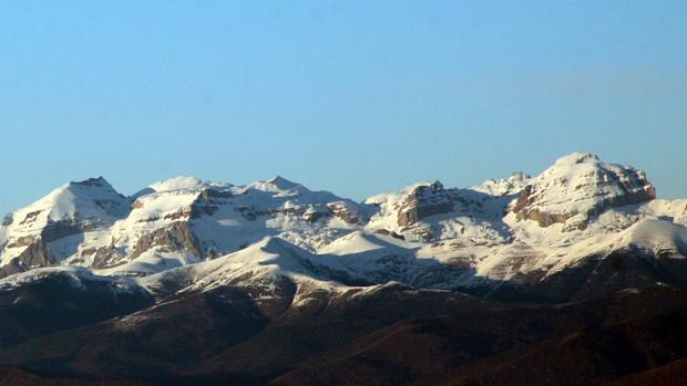 Cumbres cubiertas de nieve en el Pirineo aragonés
