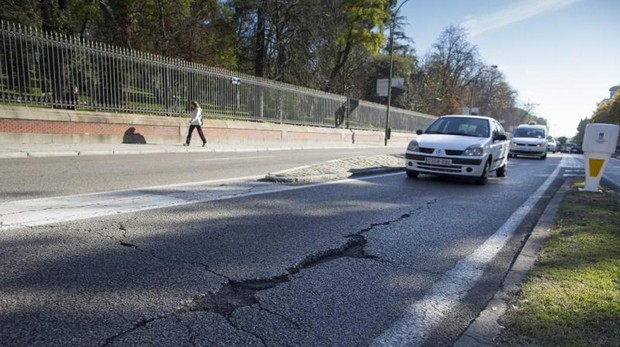 Socavó en el asfalto de la calle Alfonso XII, junto al Parque del Retiro