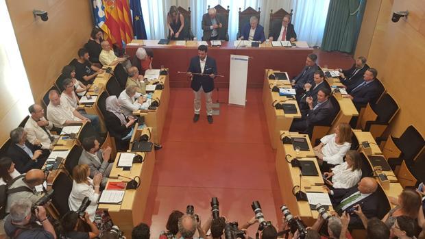 El PSC logra la alcaldía de Badalona gracias a los votos del PP en una moción de censura agónica
