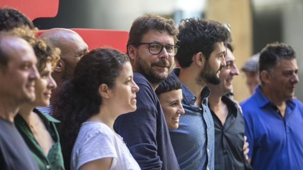 Oriol Broggi, junto al reparto de la obra inaugural del Grec