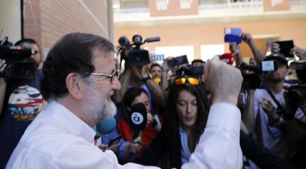 Rajoy se incorpora a su trabajo en Santa Pola con 45 minutos de retraso entre gritos de «presidente»
