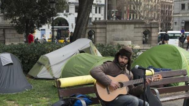 Acampada de personas sin hogar en la plaza Cataluña de Barcelona
