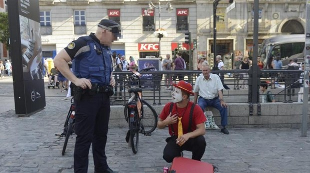 La Policía elimina las estatuas humanas de Sol y obliga a los mimos a identificarse