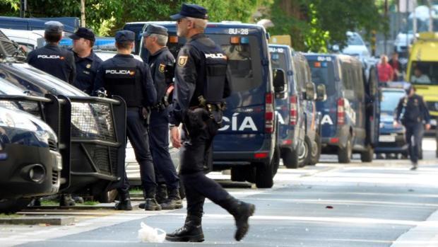 Efectivos de la Policía en la coruñesa calle Orillamar