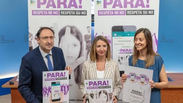 La consejera de Familia, entre el presidente de la FRMP y la directora general de la Mujer