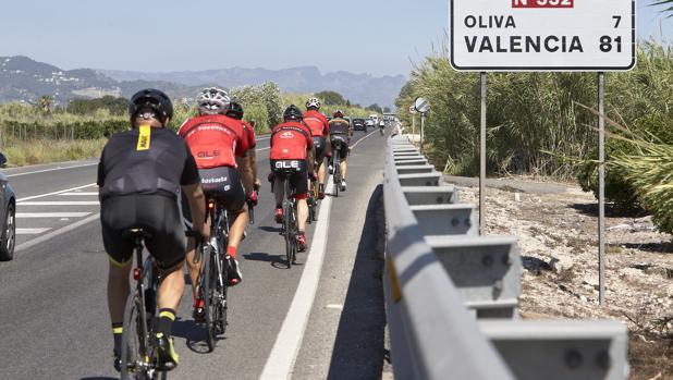 Imagen de archivo de un grupo de ciclistas en carreteras valencianas