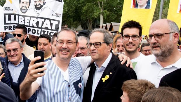 El presidente de la Generalitat, Quim Torra se fotografía junto a un hombre en una imagen de archivo