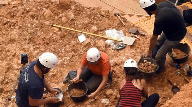 Jóvenes arqueólogos metidos ya en la campaña de este verano
