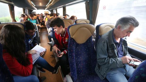 Usuarios regulares y alumnos del IES Ollos Grandes de Lugo comparten la ruta Portomarín-Lugo
