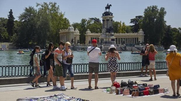 El paseo del estanque, ayer, repleta de puestos donde los manteros venden bolsos, gafas de sol y otras prendas