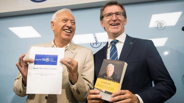 Margallo y Feijóo durante la visita del candidato a liderar el PP a Galicia