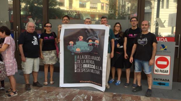 Antimilitaristas en Valencia dando a conocer su campaña de «objeción» fiscal, este martes