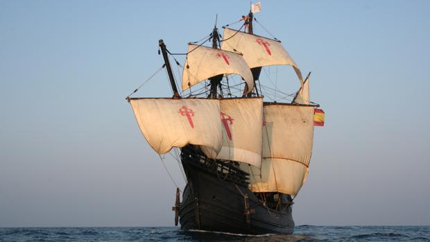 La réplica de la «Nao Victoria» navegando por el mar