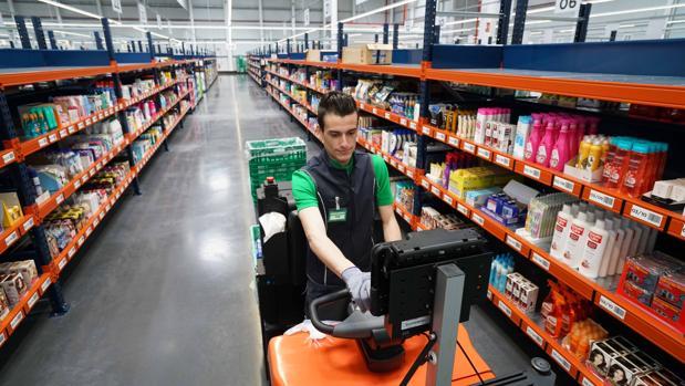 Imagen de un trabajador del almacén para la venta por internet de Mercadona en Valencia