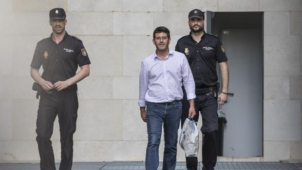 El psoe suspende de militancia a jorge rodr guez y a otros for Kiosko alqueria