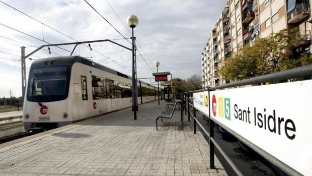 Un convoy de Metrovalencia parado en una estación
