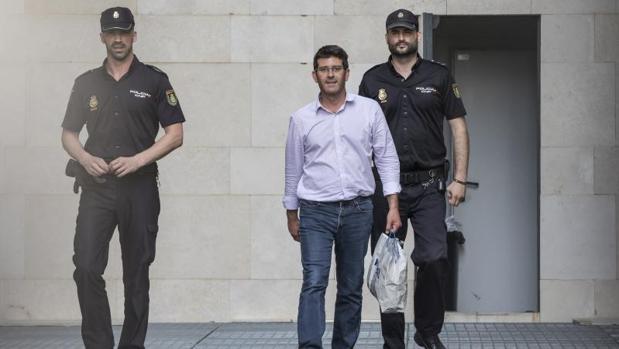 El presidente de la Diputación de Valencia, custodiado por dos agentes tras su detención