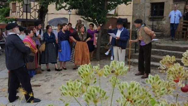 Escenificación de la subasta de las calles en Villanueva del Conde (Salamanca)