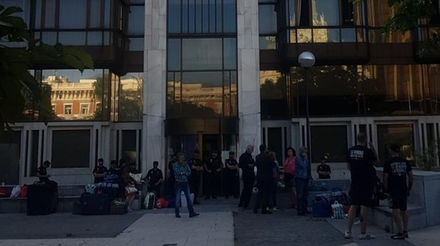 Las Policía precinta el edificio tras el desalojo