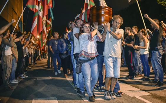 Amigos y familiares portan el féretro de Kepa del Hoyo en Bilbao